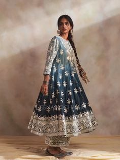 Pakistani Fashion Casual, Pakistani Dresses Casual, Indian Fashion Dresses, Pakistani Dress Design, Girls Fashion Clothes, India Fashion, Indian Outfits, Embroidery Suits Design, Embroidery Fashion