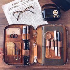 Another beautiful setup of the zip folio, from Thanks . Leather Accessories, Travel Accessories, Leather Notebook, Leather Travel Journal, Journal Aesthetic, Bullet Journal Ideas Pages, Leather Projects, Travelers Notebook, Filofax