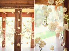 Schattige decoratie. Bloemvaasjes die bungelen aan touwtjes. Leuk voor boven de tafels of voor het raam.