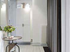 Bostadsrätt, Chalmersgatan 5 i Göteborg - Entrance Fastighetsmäkleri, floating wall cabinets for bathroom storage