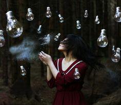 La photographe Xin Li. Il y a une histoire dans chaque prise de vue. Une jeune photographe prometteuse qui manie bien le récit visuel, l'émotion et les nuances parfois surréaliste des scènes.