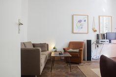 WG-Zimmer in München mit Couchlandschaft und Couchtisch zur Zwischenmiete.  #Kunstdrucke #modern #interior #Munich