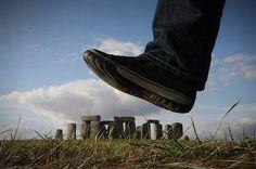 Stonehenge wird gleich unter dem Riesenfuß zermalmt. Oder doch nicht?