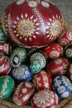 Straw decorated eggs by Anna Drazilova Czech Republic, Courtesy Anna Drazilova Contemporary Decorative Art, Ukrainian Easter Eggs, Easter Traditions, Easter Colors, Egg Art, Egg Decorating, Bottle Crafts, Naive Art, Happy Easter