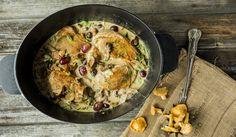Kylling i kremet soppsaus med druer Dinner Side Dishes, Dinner Sides, Caprese Salat, Avocado Salat, Frisk, Paella, Food Styling, Food And Drink, Dinner Recipes