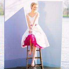 kurzes Rockabilly Brautkleid mit V-Ausschnitt und Petticoat