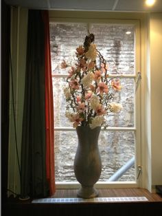 Decoratietakken met zijde bloemen in een betonnen vaas www.decoratiestyling.nl