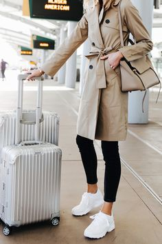 Fashion Jackson Airport Travel Outfit Trench Coat Black Skinny Jeans Reebok Aztrek White Sneakers Rimowa Luggage Great Travel Look Mode Chic, Mode Style, Black Skinnies, Blue Jeans, Black Leggings, Airport Travel Outfits, Airport Luggage, Airport Style, Rimowa Luggage