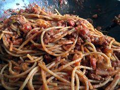 Mijn variant van #spaghetti #bolognese: #volkoren spaghetti met mager #gehakt, gerookte spekblokjes, rode ui, knoflook, bosui, passata, tomatenpuree en runderbouillon.