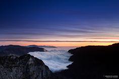 L'Aube Brumeuse depuis le Creux-du-Van - www.observelalumiere.com Grand Canyon, Vans, Mountains, Travel, Dawn, Photography, Viajes, Van, Grand Canyon National Park