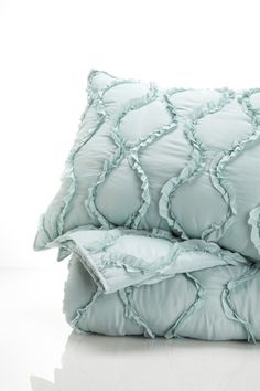 love this bed set, must find since soldout on hautelook Turquoise Bedding, Dream Apartment, Poison Ivy, Quilt Sets, Luxury Living, Bedding Sets, Bed Pillows, Curves, Quilts