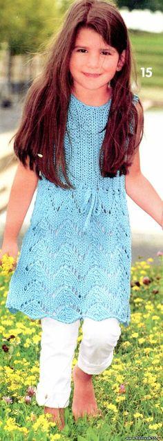 Голубой сарафан для девочки спицами