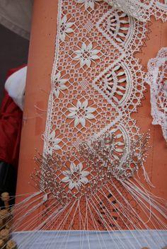 Via barbara jugovac Romanian Lace, Bobbin Lacemaking, Bobbin Lace Patterns, Linens And Lace, Lace Doilies, Needle Lace, Lace Embroidery, Lace Making, Antique Lace