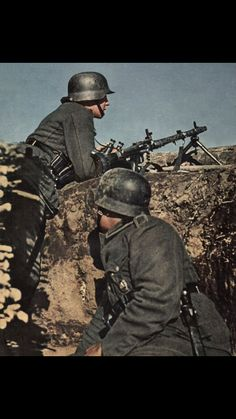German crew early invasion of Russia Military Diorama, Military Art, Military History, German Soldiers Ww2, German Army, Luftwaffe, Colorized History, Mg34, Ww2 Propaganda Posters