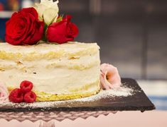 Marengsrullekake med pasjonsfruktcurd – Solveigs kaker Vanilla Cake, Cheesecake, Desserts, Food, Mascarpone, Tailgate Desserts, Deserts, Cheesecakes, Essen