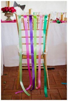 Fitas coloridas também ficam um charme! Olha que ideia boa amarrá-las nas cadeiras!