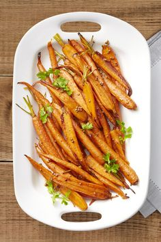 Bring sweetness to your Thanksgiving dinner table with these lemon-maple roasted carrots. This dish complements the greens, potatoes, and turkey on your plate. Vegan Thanksgiving, Thanksgiving Side Dishes, Thanksgiving Dinners, Thanksgiving Appetizers, Vegetable Side Dishes, Vegetable Recipes, Broccoli Recipes, Side Dish Recipes, Dinner Recipes