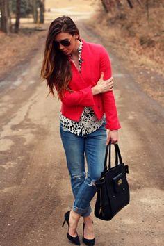 kräftig rote tweed-jacke und weite jeans-kombiniert mit einer schwarzen handtasche