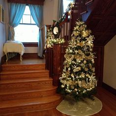 This beautiful staircase is where we first fell in love with Southard House. Our guests love it too! It's been featured in a number of bridal photo sessions. #Christmas #bedandbreakfast #christmastree