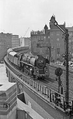 1972 D-Zug aus Hamburg laeuft in den Bahnhof Zoologischer Garten ein.