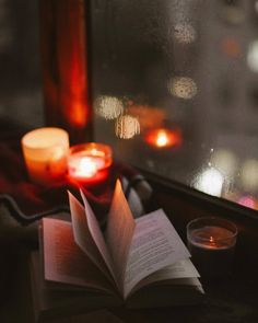 Books by candlelight Autumn Aesthetic, Book Aesthetic, Book Wallpaper, Iphone Wallpaper, Reading Wallpaper, Coffee And Books, Jolie Photo, Christmas Wallpaper, Book Photography