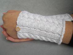 Armstulpen - Weiße kurze Armstulpen mit Holzknopf - ein Designerstück von Pfiffiges bei DaWanda
