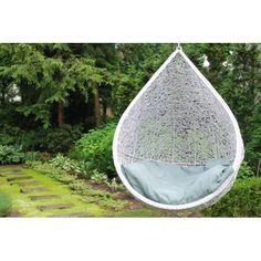 Huśtawka w kolorze białym  zrobiona ręcznie z naturalnego rattanu o oryginalnym splocie do podwieszenia w ogrodzie, altanie lub w mieszkaniu.