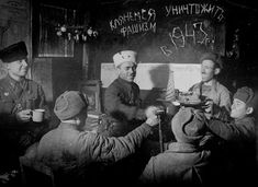Бойцы разведывательной и пулемётной рот 13-й гвардейской ордена Ленина дважды Краснознамённой стрелковой дивизии встречают Новый Год. Сталинградский фронт, 31 декабря 1942 года.