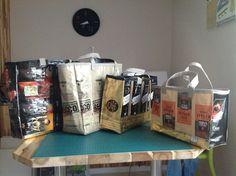 Avec des paquets de cafe,on peut faire des sacs pour faire ses courses