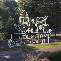 Vrolijke sinterklaas en piet met kadootje tekening met 'Welkom' tekst om op je raam te tekenen rond 5 december.