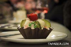 Ta prosta, a zarazem wykwintna sałatka to jedno z dań, jakie zaproponowano podczas Festiwalu Tapas w Saragossie. Podana w formie przystawki robi wrażenie nie tylko smakowe, lecz także wizualne. Delikatność krewetek przeplata się tutaj z pikanterią sosu czosnkowego i wyrazistym aromatem ogórków. Doskonała jako dodatek, lecz także jako osobne danie.