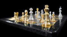 Peças de xadrez douradas e prateadas