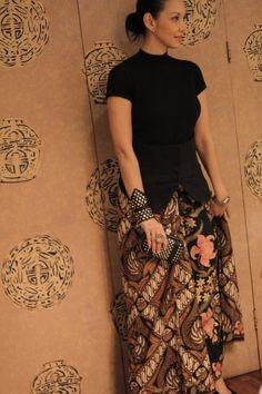 Modern way to wear batik. keren gelangnya