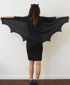 Bat Woman in Schwarz mit Flügel oder Umhang