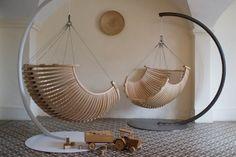 sillas de madera colgantes con base