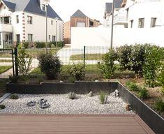 Quelques plantes, des petites pierres et des galets. ✨ Cosy Home, Sidewalk, Mansions, House Styles, Pebble Stone, Stones, Environment, Manor Houses, Side Walkway