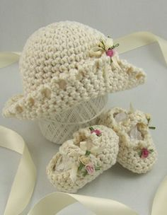 Crochet booties and hat~❥ Crochet Baby Clothes, Crochet Shoes, Crochet Baby Hats, Crochet For Kids, Baby Knitting, Knit Crochet, Crochet Crafts, Crochet Projects, Baby Patterns