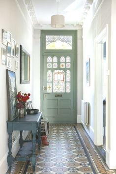 : Farrow & Ball Ammonite gray on the walls and pigeon on the front door, combined with . - Farrow & Ball Ammonite gray on the walls and pigeon on the front door, combined with …, - Farrow Ball, Edwardian Haus, Hallway Colours, Hallway Ideas Entrance Narrow, Modern Hallway, Grey Hallway, Entry Doors, Entryway, Indian Home Interior