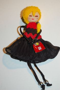 Kira de negro y rojo