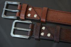 Кожаные ремни для джинсов, 40 мм. В изготовлении был использован коричневый вороток бычины толщиной 4.0 мм. Изделия шиты вручную вощеной нитью 1 мм. седельным швом. Торцы всех деталей обработаны краской для уреза кожи и отполированы. Изделие искусственно состарено восковыми красителями. Leather Belts, Leather Working, Leather Craft, Belt Buckles, Wallet, Handmade, Leather, Men's, Leather Bracelets