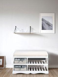 Panca-cassettiera con due cestini in vimini e due vani porta scarpe. In legno di paulonia verniciato di bianco.