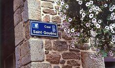 """Raymond Hains """"Cour Saint-Gouéno, de l'ensemble : Saint-Brieuc"""" (2003). Proposé par le FRAC Bretagne, à découvrir en gare de Saint-Brieuc, du 27 juin au 3 octobre 2013."""