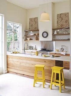 cocina con taburetes amarillos - Cocinas amarillas, el color para los optimistas