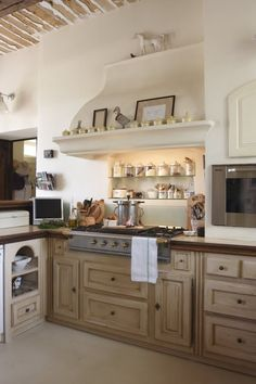 love the bleached cabinets & light decor Décor de Provence: Sunday Favorites. Country Kitchen, New Kitchen, Kitchen Dining, Kitchen Decor, Kitchen Hoods, Kitchen Cabinets, Wood Cabinets, Cupboards, Cocinas Kitchen