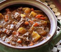 This beef and Guinness stew is made with Guinness Stout, beef, some bacon, and vegetables. Serve the beef stew with Irish soda bread or biscuits. Guinness Stew Recipe, Guinness Recipes, Guinness Beef Stew, Beef Stew Stove Top, Hearty Beef Stew, Beef Stews, Old Fashioned Beef Stew, Beef Recipes, Cooking Recipes