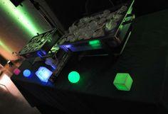 Cubos y Esferas Mood Light de 8.5 cm de diámetro decorando la mesa de calentitos.