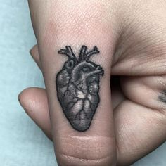 Amazing micro heart on Stephanie's thumb by the amazing @sinister_apples.