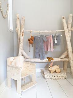 Kledingrek kinderkamer babykamer hout boomstammen. Designed by Huis & Grietje #kledingrek #houtenkledingrek #babykamerstyling
