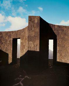Sur les traces de l'artiste César Manrique à Lanzarote | AD Magazine Weird Shapes, Architecture, Canary Islands, Mexico Travel, Building A House, Build House, New Builds, Volcano, Art Direction