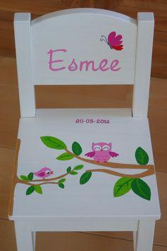 kleinejij.nl  kraamcadeaus met opdruk van het geboortekaartje. stoeltje, stoel met tafel, klompjes, regenlaarsjes, koffertje, speelgoedkist, schommel, schilderij, geboortebord.